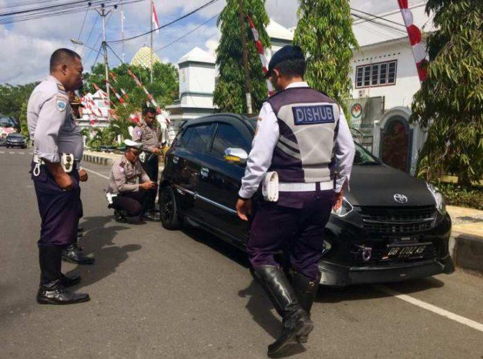 Petugas Gembosi Sejumlah Kedaraan Yang Parkir di Area KTL