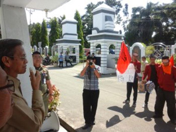 Wawali Dipaksa Demonstran Untuk Terima Uang Yang di Kumpulkan Masyarakat Untuk Pembangunan Mesjid Raya Baitul Makmur