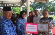 Walikota Kotamobagu  Berikan Sertivikat dan Uang Tunai Pada Tiga Koperasi Berprestasi