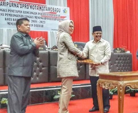 Walikota Kotamobagu Ir.Hj Tatong Bara mengahadiri rapat Paripurna Pengesahan Ranperda RPJMD 2018-2023