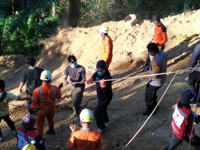 Tak Peduli Jalur Yang Curam Walikota Kotamobagu Tetap Pantau Proses Evakuasi Korban Longsor Tambang Bakan