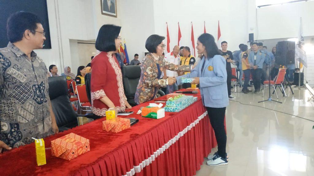 Raih Poskoh Terbaik dan Terpencil, Mahasiswa KKT Unsrat Terima Smartphone Sejumlah Uang Tunai dari Bupati Bolmong