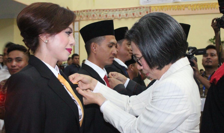 Hadiri Pelantikan Anggota DPRD Bolmong, Yasti Ikut Lakukan Pemasangan PIN