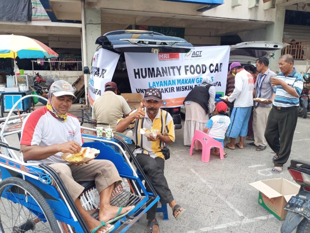 Humanity Food Car Berbagi Makanan Gratis Untuk Tukang Becak di Pasar Pagatan