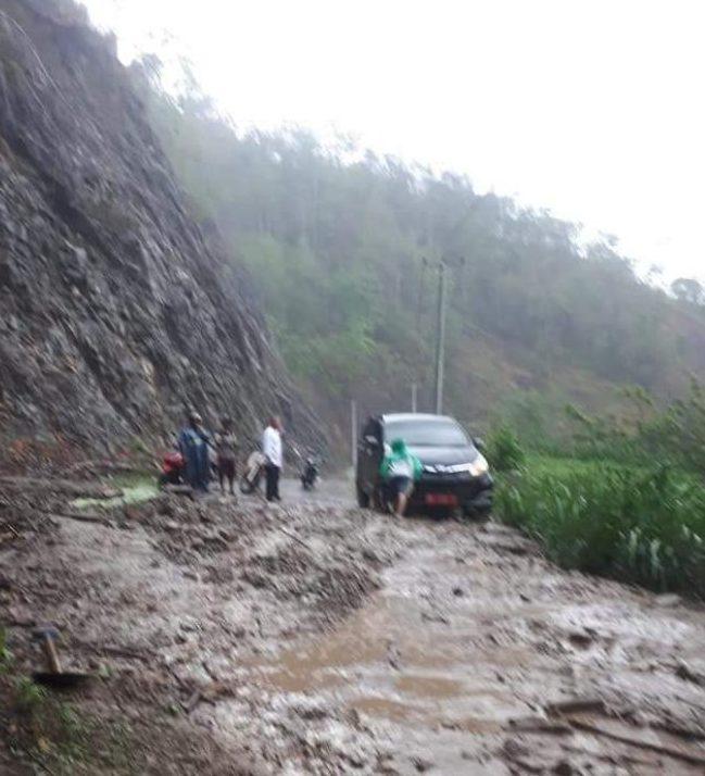 Akibat Hujan Lebat Jalan Pindol Longsor