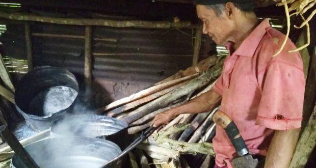 Kakek 68 Tahun Ini, 44 Tahun Jaji Petani Gula Aren