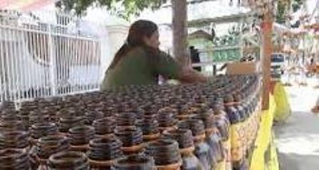 Seperti Biasanya, Jelang Lebaran Pedagang Lampu Botol Mulai Jajakan Jualan