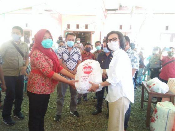 Bupati Bolmong Serahkan Bantuan Pada 305 Warga Kurang Mampu di Kecamatan Bolaang Timur