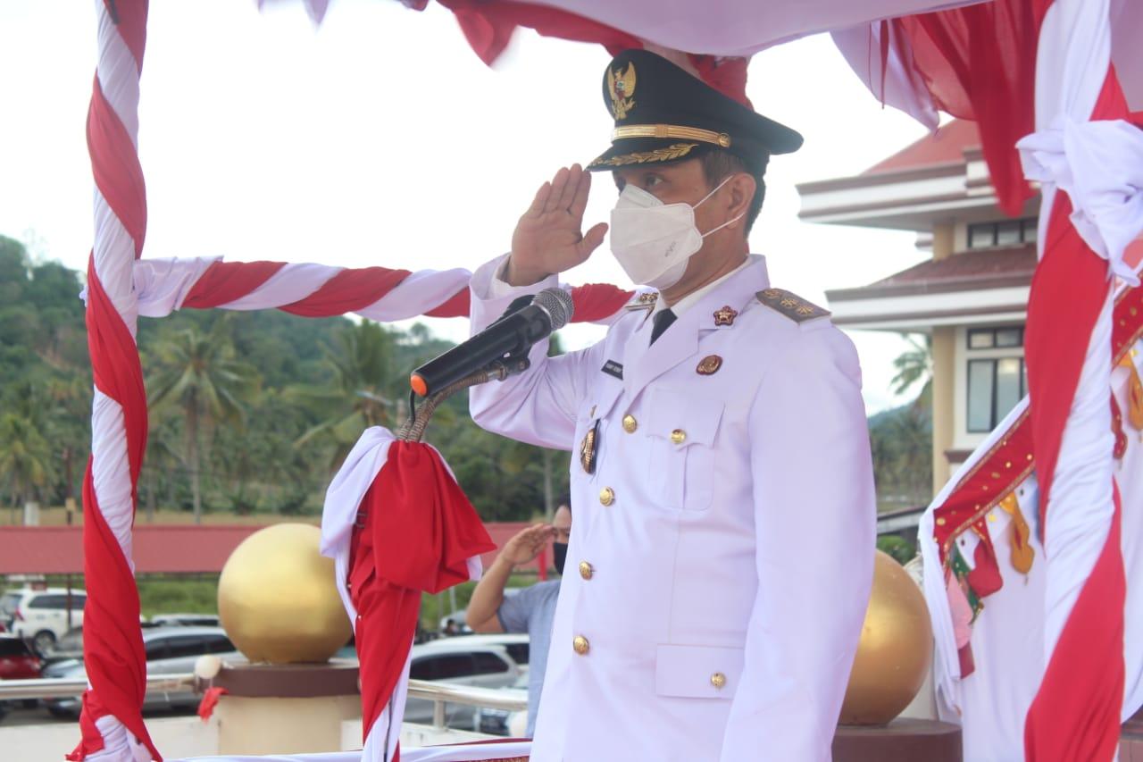 Tuuk Pimpin Upacara Penurunan Bendera