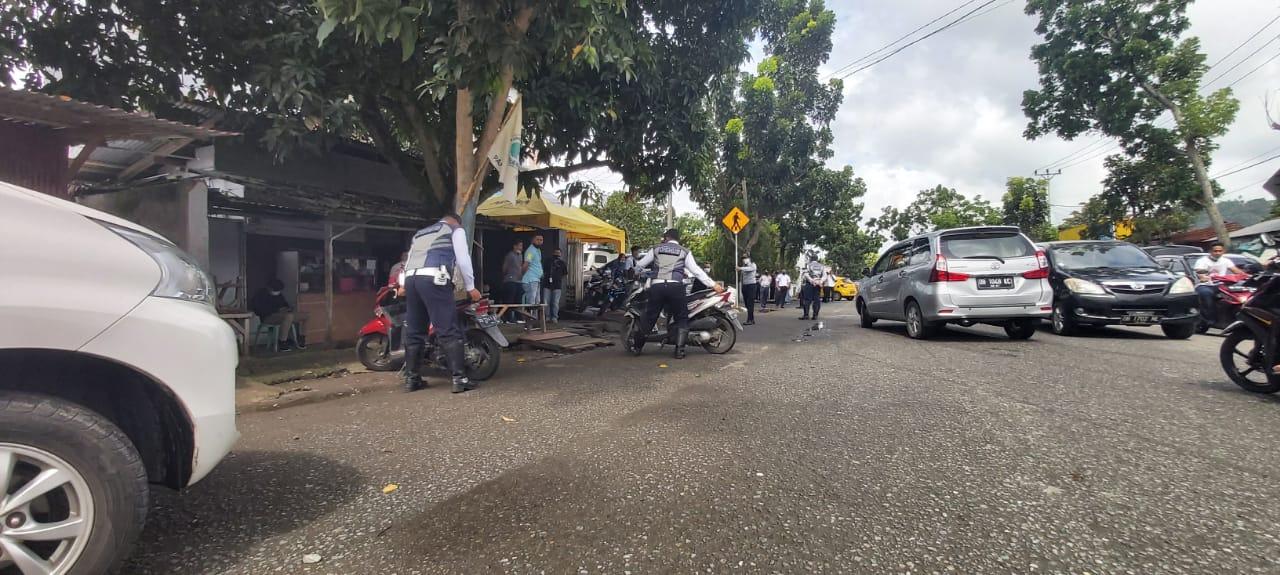 Dishub Tindak Parkir Liar di Depan Bank BNI dan Adira.