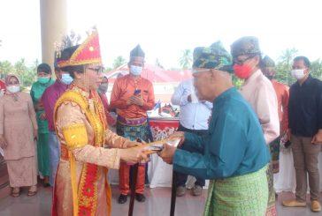 Bupati Bolmong Berikan Penghargaan Pada Dua Budayawan  Bolmong