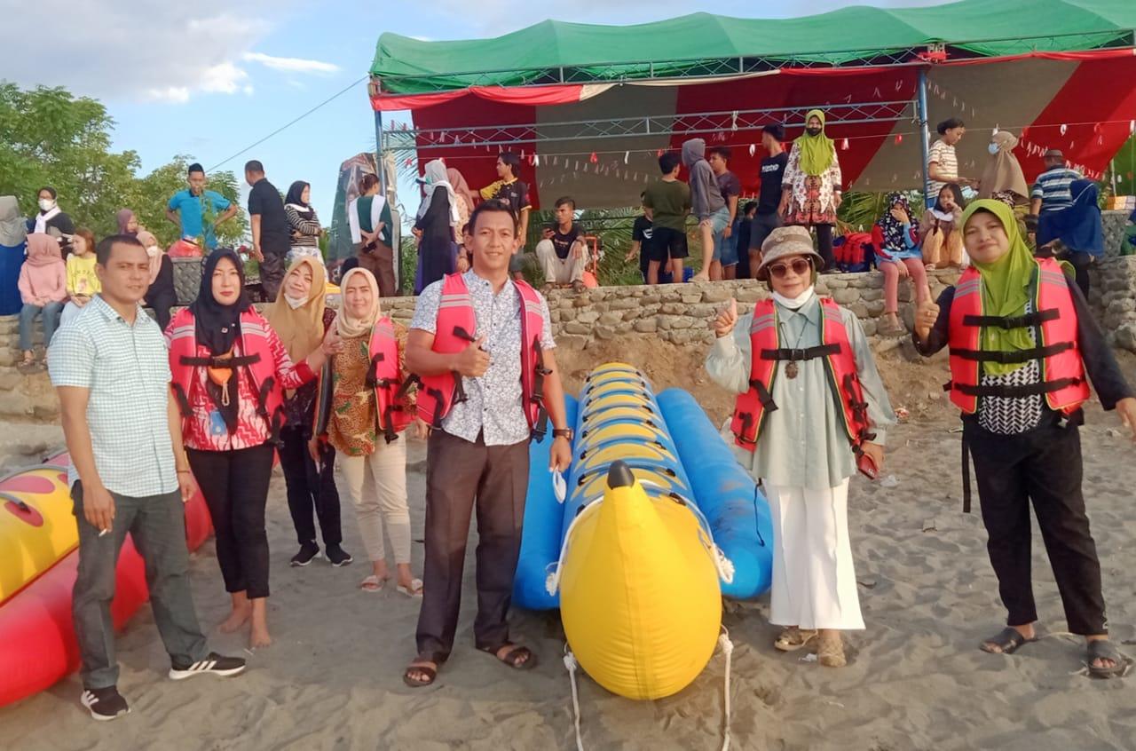 Tingkatkan Potensi Wisata, Pemkab Bolmong Berikan Empat Banana Boad Pada Pengelolah Pantai Lolak
