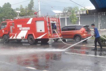 5 R2 Kecelakaan, Damkar Kotamobagu Semprot Jalan Licin.